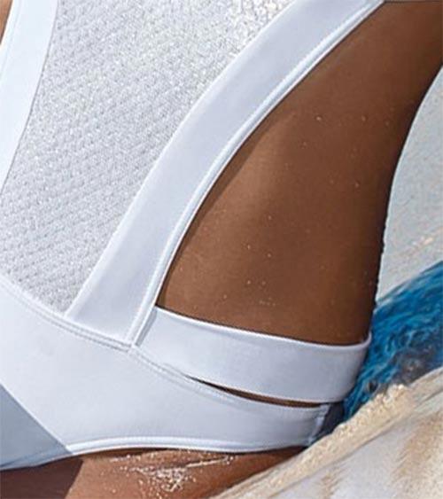 Lesklé bílé plavky s průstihy