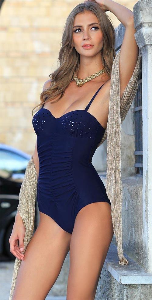 Tmavě modré jendodílné plavky s hlubokým výstřihem