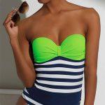 Jednodílné plavky v neonově zelené barvě a modro bílými pruhy