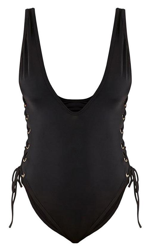 Černé plavky s hlubokým výstřihem