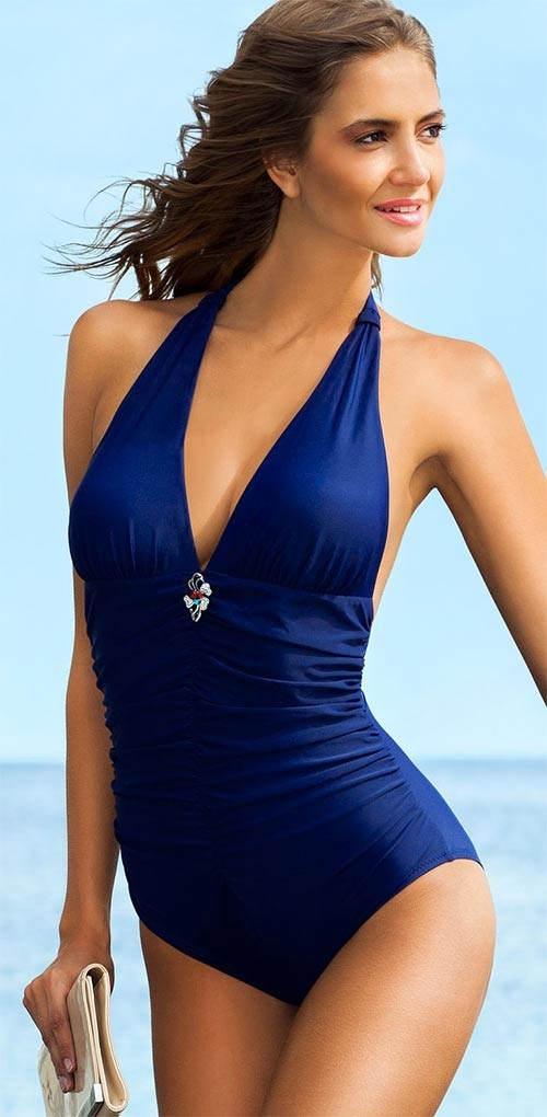 Tmavě modré plavky maskující nedokonalosti bříška