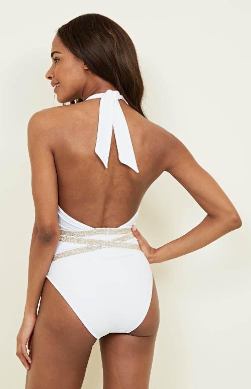 Bílé jednodílné plavky s holými zády