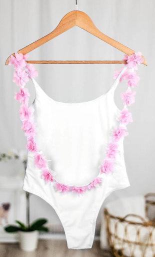 Bílé jednodílné plavky s květinovou ozdobou