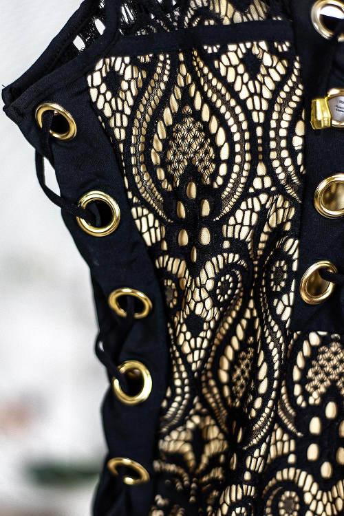 Černé plavky se zlatými detaily