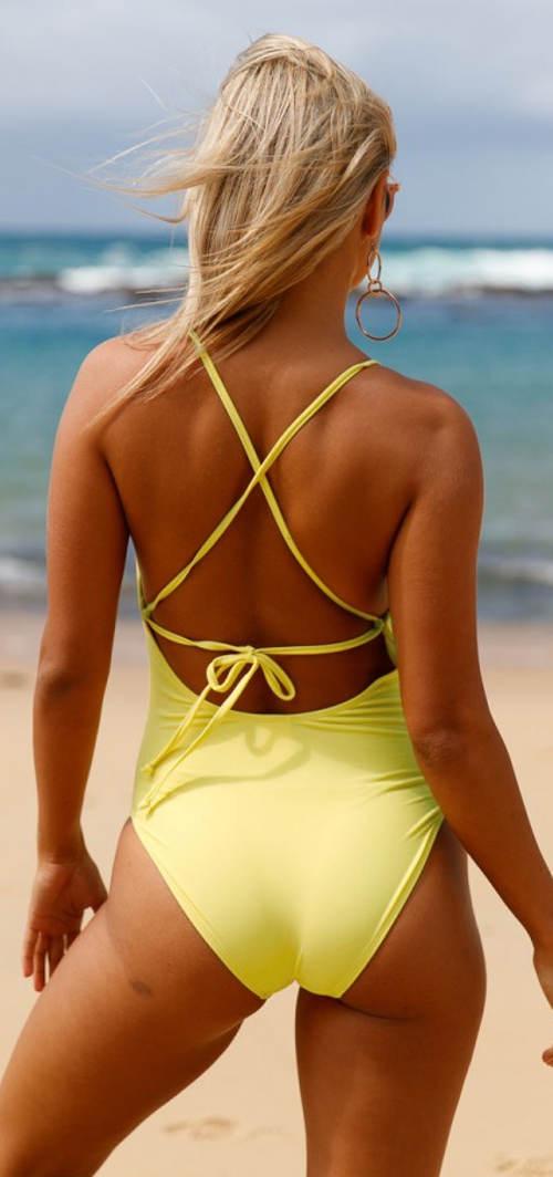 Sportovní žluté jednodílné plavky