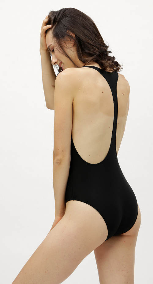 Jednodílné plavky s dlouhým ramínkem na zádech