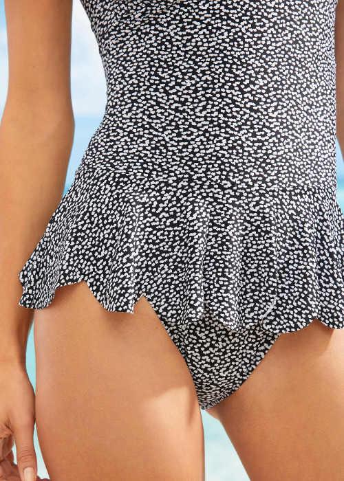 Krátká sukně plavek zakrývající spodní bříško