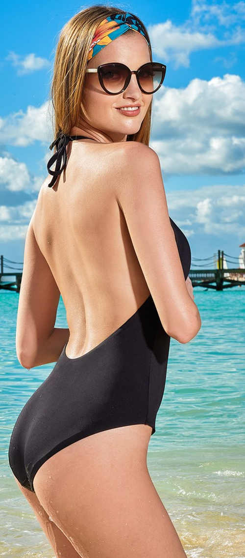 černé jednodílné plavky s průstřihem