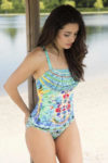 Vícebarevné plavky s vyztuženými košíčky vhodné i pro plnější tvary
