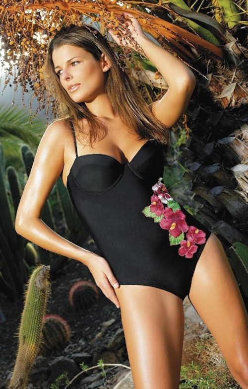 Moderní plavky s výrazným květinovým vzorem v přední části