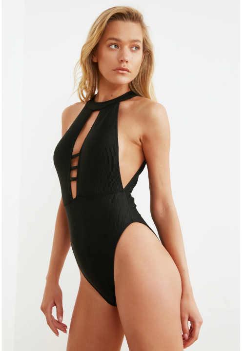 moderní plavky s výstřihem
